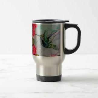 Pájaro del tarareo y flores rojas tazas de café