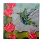 Pájaro del tarareo y flores rojas teja cerámica