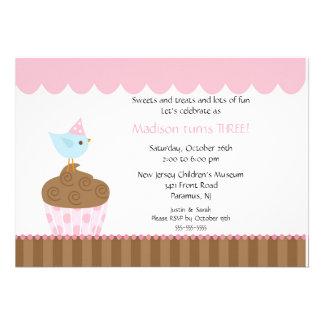 Pájaro dulce en la invitación del cumpleaños de la