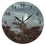 Pájaro en el borde del agua. Gaviota de cabeza neg Relojes De Pared
