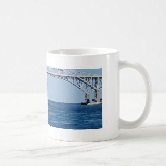 Pájaro en el puente 2006 del agua azul tazas de café