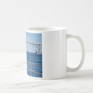 Pájaro en el puente del agua azul tazas