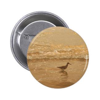 Pájaro en la playa pin redondo de 2 pulgadas