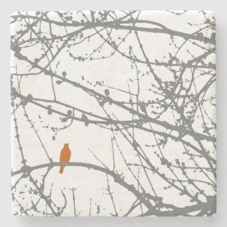 Pájaro en un arce posavasos de piedra