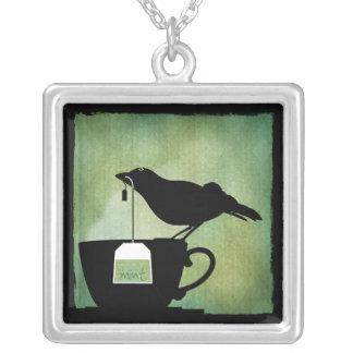 Pájaro en un collar de la taza de té