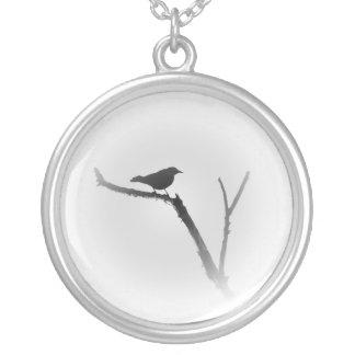 Pájaro en un miembro en negro y blanco colgante redondo
