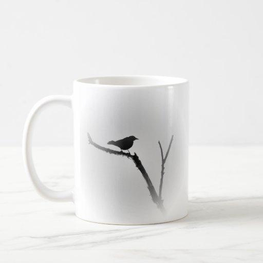 Pájaro en un miembro en negro y blanco taza