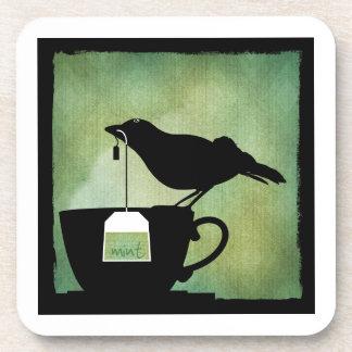 Pájaro en un práctico de costa de la taza de té posavasos