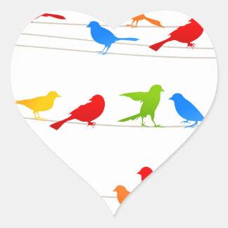 Pájaro en un wire5 pegatina en forma de corazón