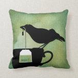 Pájaro en una almohada de la taza de té