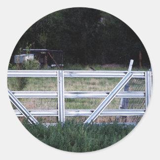 Pájaro en una cerca pegatina redonda