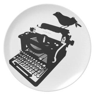 Pájaro en una placa de la máquina de escribir plato de comida