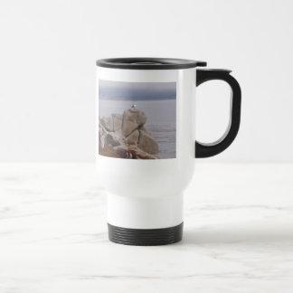 Pájaro en una roca taza de viaje