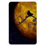 Pájaro en una silueta de la vid con la luna y el c iman rectangular