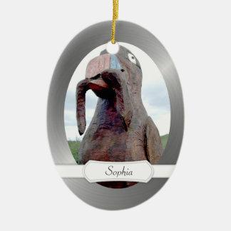 Pájaro enorme con el gusano en pico adorno navideño ovalado de cerámica