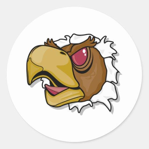 pájaro feroz del halcón que se rompe a través pegatina redonda
