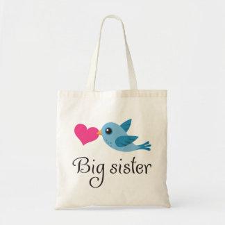 Pájaro lindo con la hermana grande del corazón del bolsa