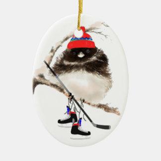 Pájaro lindo del hockey en el gorra, humor del adorno navideño ovalado de cerámica