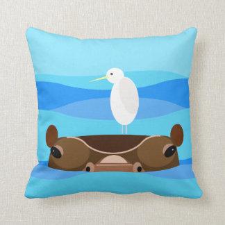 Pájaro lindo en hipopótamo almohadas