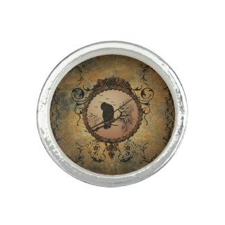 Pájaro maravilloso en un círculo hecho del metal anillos
