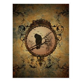 Pájaro maravilloso en un círculo hecho del metal postales
