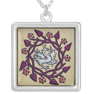Pájaro medieval bordado mano del ornamento collar plateado