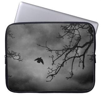 Pájaro misterioso en vuelo mangas portátiles