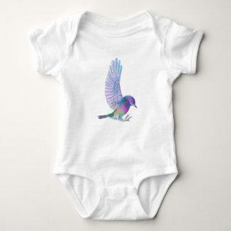 Pájaro multicolor lindo con las alas extendidas remera