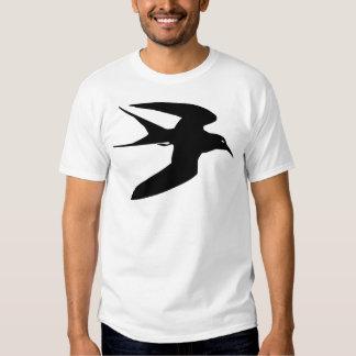 Pájaro negro de la golondrina de mar en vuelo camisas
