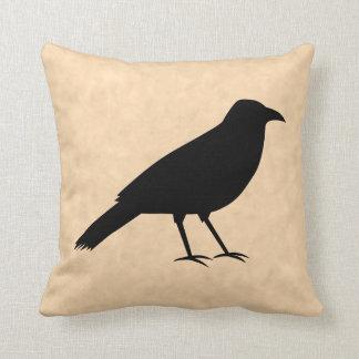 Pájaro negro del cuervo en un modelo del pergamino cojines