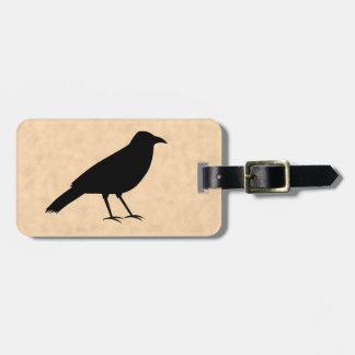 Pájaro negro del cuervo en un modelo del pergamino etiqueta de equipaje