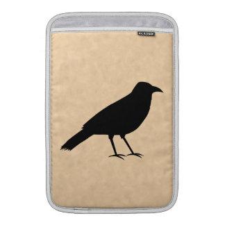 Pájaro negro del cuervo en un modelo del pergamino fundas MacBook