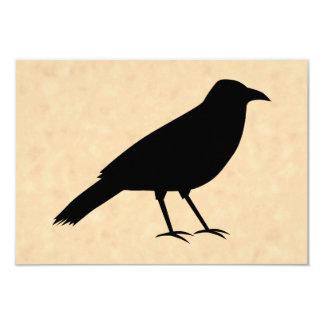 Pájaro negro del cuervo en un modelo del pergamino comunicado