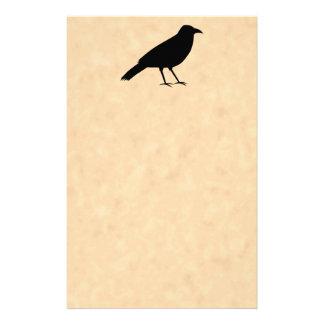 Pájaro negro del cuervo en un modelo del pergamino papeleria de diseño