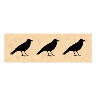 Pájaro negro del cuervo en un modelo del pergamino tarjeta de visita