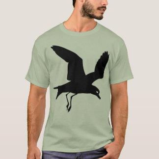 Pájaro negro del petrel en vuelo playera