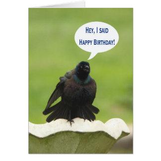 Pájaro negro que grita el feliz cumpleaños para un tarjeta de felicitación