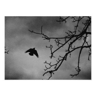 Pájaro oscuro en vuelo invitación 13,9 x 19,0 cm
