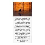 Pájaro que camina en la puesta del sol tarjetas publicitarias