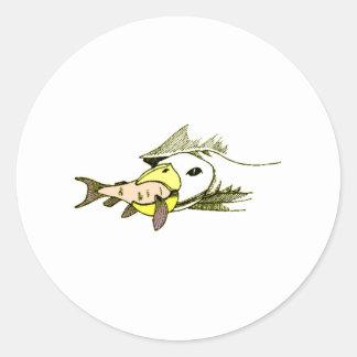 Pájaro que come pescados pegatina redonda