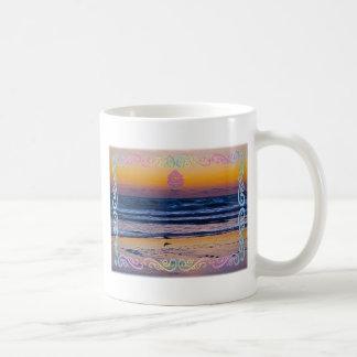 Pájaro que se coloca en el borde de las aguas dura taza de café