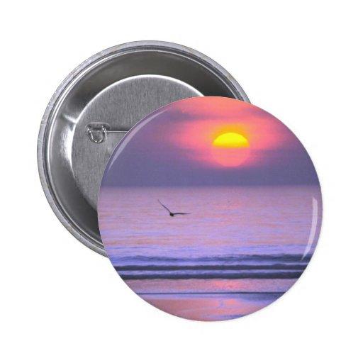 Pájaro que vuela sobre el agua pin redondo 5 cm