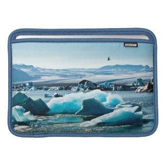 Pájaro que vuela sobre el lago iceberg fundas macbook air