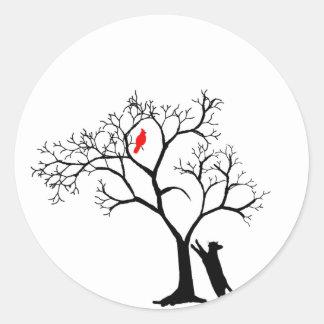 Pájaro rojo cardinal en árbol del invierno Nevado Etiqueta Redonda