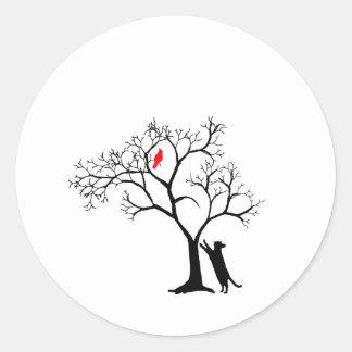 Pájaro rojo cardinal en árbol del invierno Nevado Etiquetas Redondas