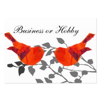 Pájaro rojo que se sienta en una rama plantilla de tarjeta de negocio