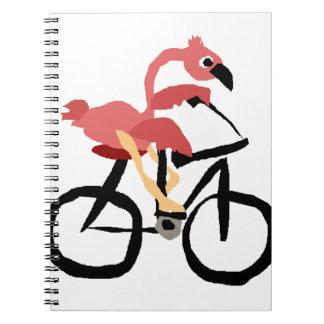 Pájaro rosado divertido del flamenco en la libro de apuntes con espiral