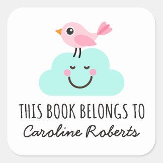 Pájaro rosado en bookplate lindo de la nube feliz pegatina cuadrada