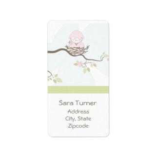 Pájaro rosado en etiqueta del remite de la postal etiqueta de dirección