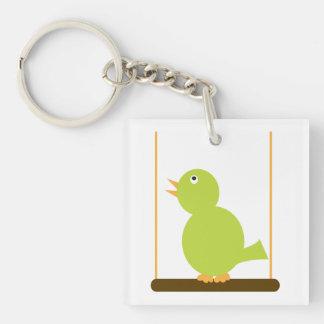 Pájaro verde en un llavero de la perca